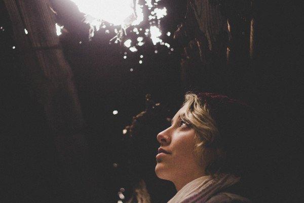 ser intuitivo mulher olhando para ponto de luz no alto
